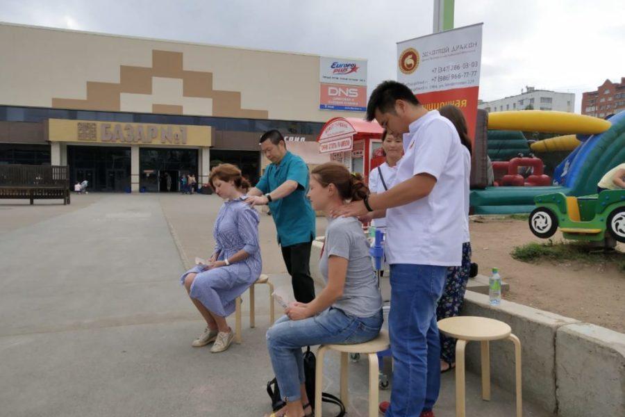 Доктора Сюй Денг Кэ и Чен Хэ делали лечебный точечный массаж всем желающим